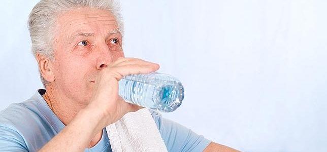 No beber suficiente líquido deteriora la salud de los mayores